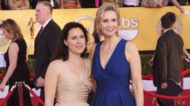 jane lynch y lara embry